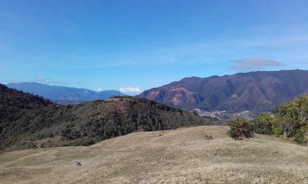 Le boulinda à droite et les massif de Poya à Gauche